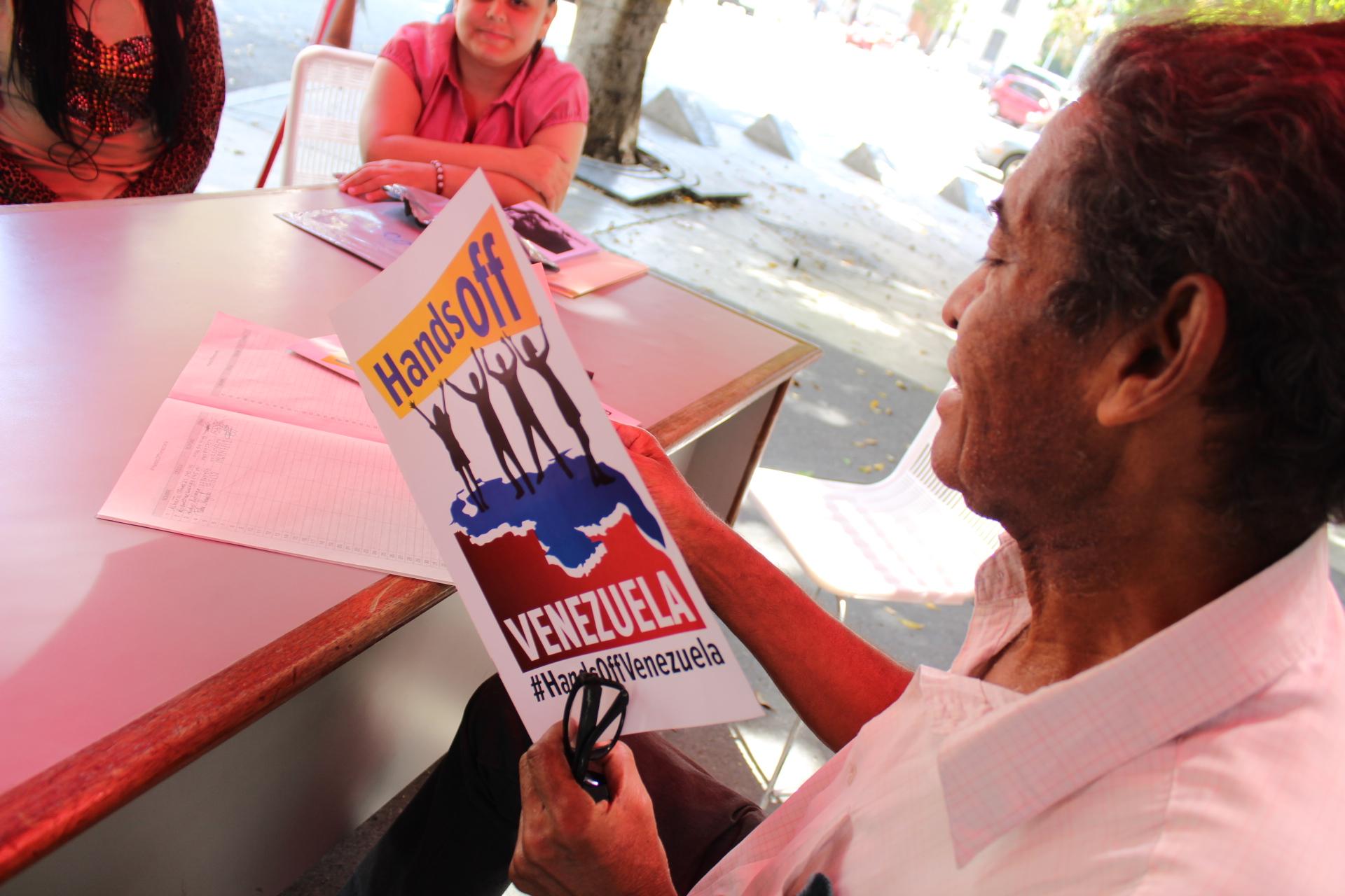 Recolección de firmas por la paz de Venezuela en la sede de la TSS